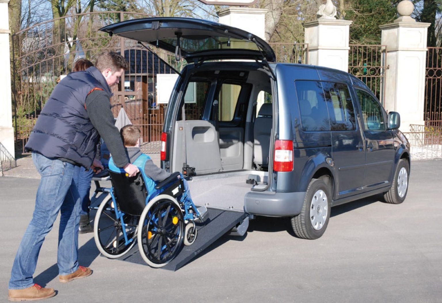 Heckausschnitt: Rollstuhlfahrer als Mitfahrer