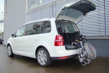 Ladeboy Rollstuhl Verladehilfe am Heck (Hier für VW Touran)