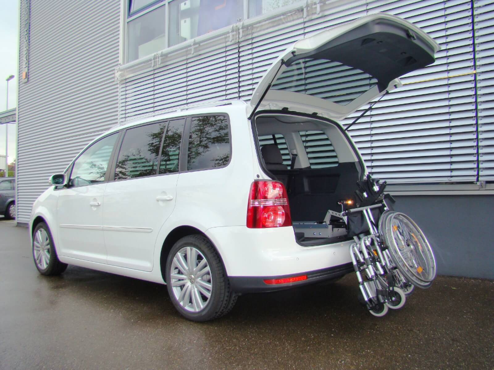 VW Touran Rollstuhl Verladehilfe