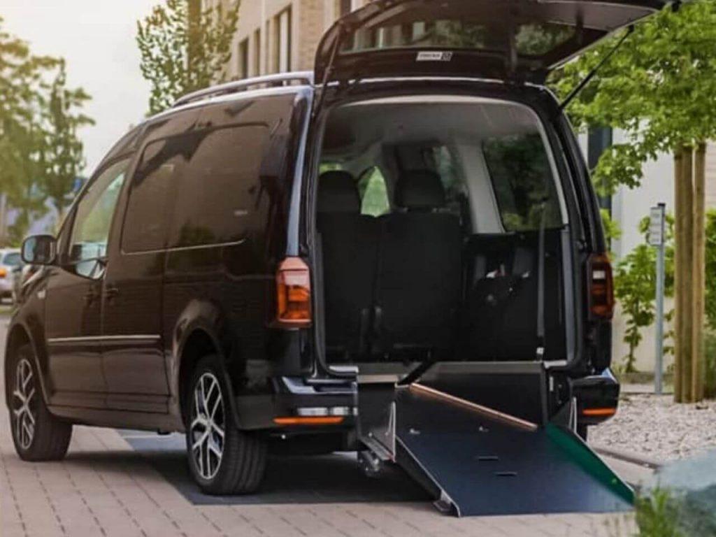 VW Caddy Max mit extra breiter Rampe für Rollstuhlfahrer (1)