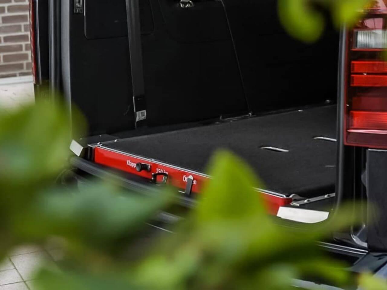 VW Caddy Max mit extra breiter Rampe für Rollstuhlfahrer (2)